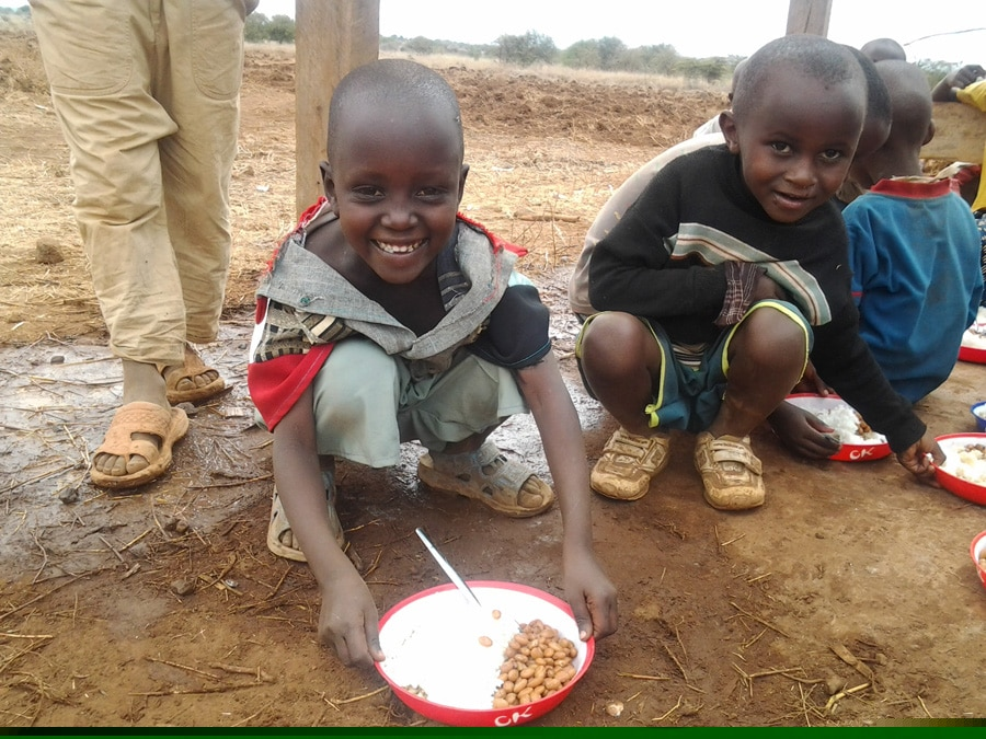 Poor African Children Feeding hungry childre...