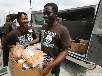 Volunteers help the hungry in Texas.
